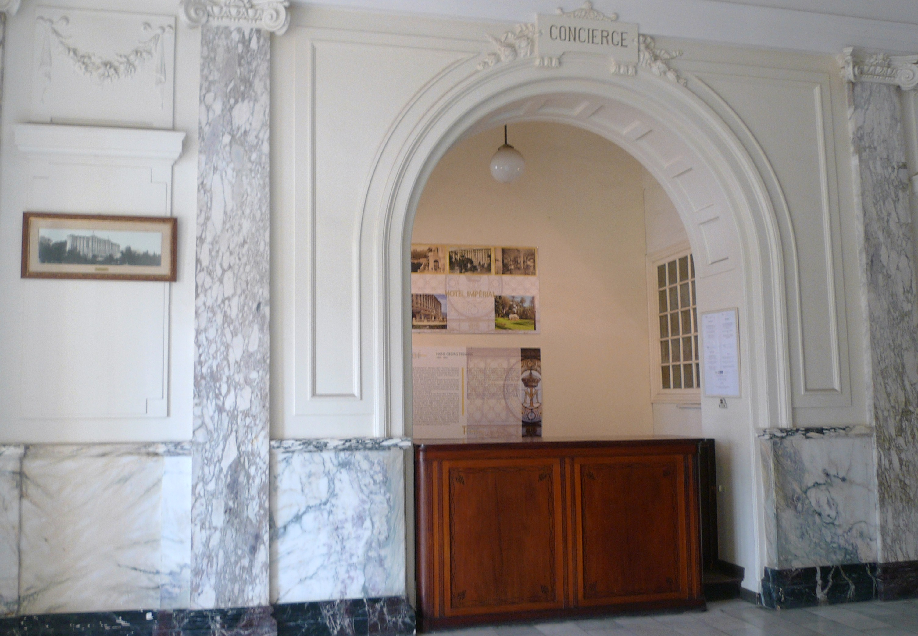 panneaux offerts par le patrimoine au niveau de la loge du concierge imperial. Black Bedroom Furniture Sets. Home Design Ideas